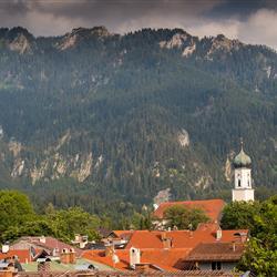 Blick auf die Häuser und Kirche im Ort Oberammergau