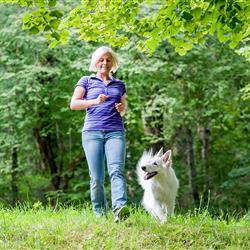 Frau mit Hund beim Wandern in Oberammergau