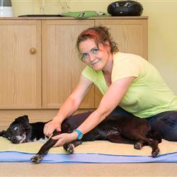 Hundeosteopahtin Christine Liebl bei Hundemassage