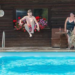 Junge bei Sprung in den Pool - Hundehotel Wolf in Bayern