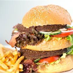 Burger mit Beilagen - Kunlinarik im Restaurant in Oberammergau