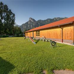 Aussenplatz mit Agility Parcour - Hundesporthotel in Bayern