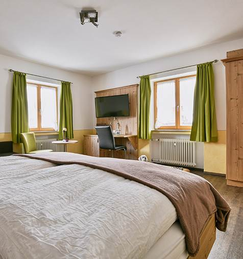 Zimmer-111-Blick-in-Raum-von-Bett-aus